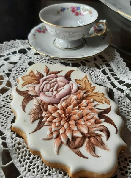 #4 - Handpainted Floral in Royal Icing Relief by Mariana Meirelles