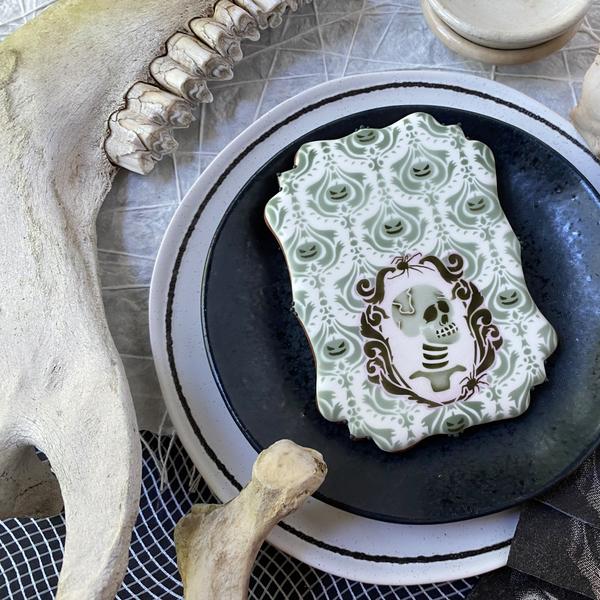 Balck purp skull lots of context GOOD ARTSY