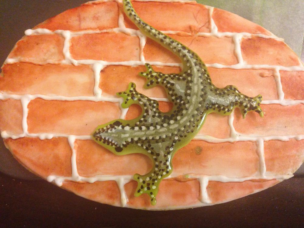 lagarto de glasa pintado con aerografo sobre pared imitacion ladrillo y pintada a mano