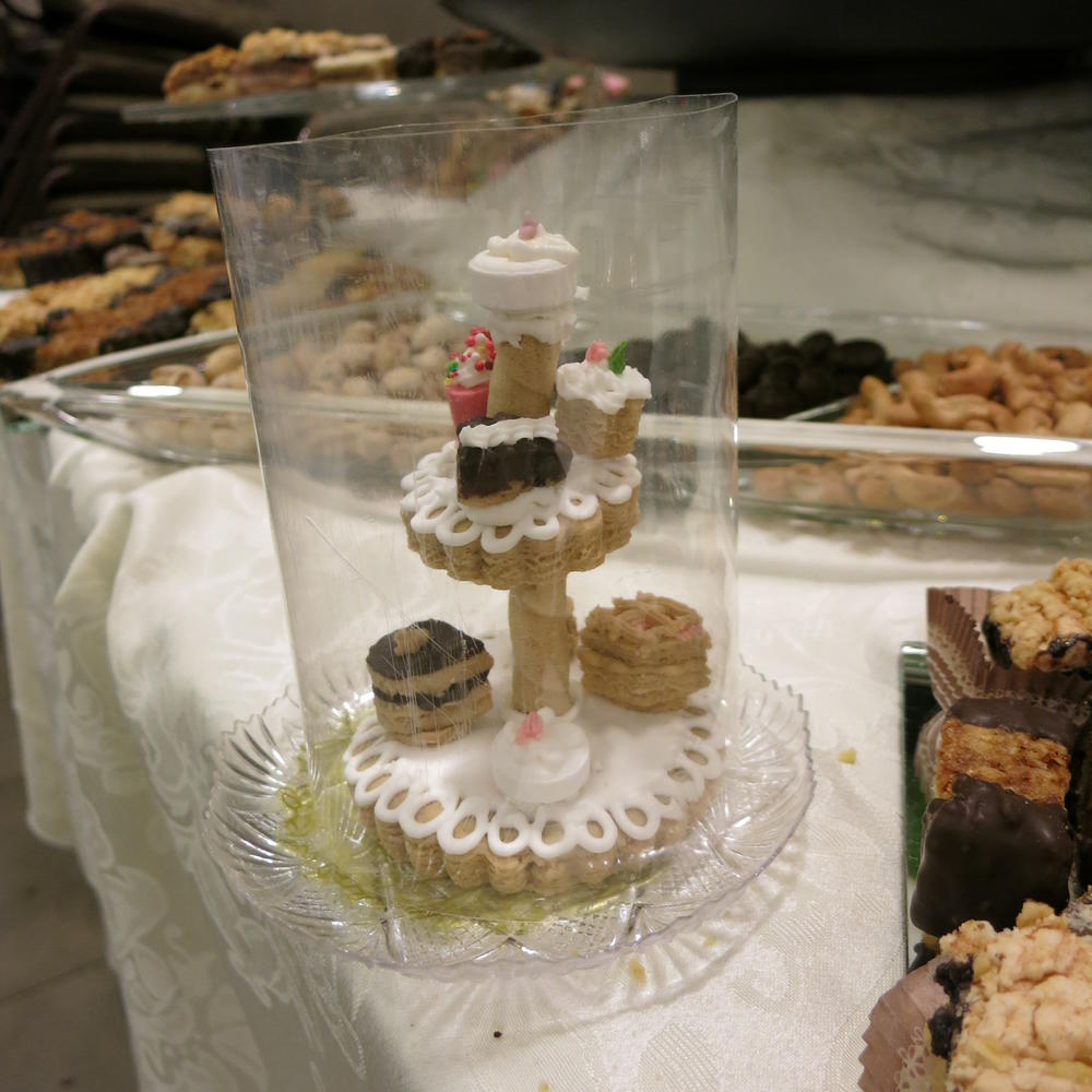 "cookie ""glass"" showcase"