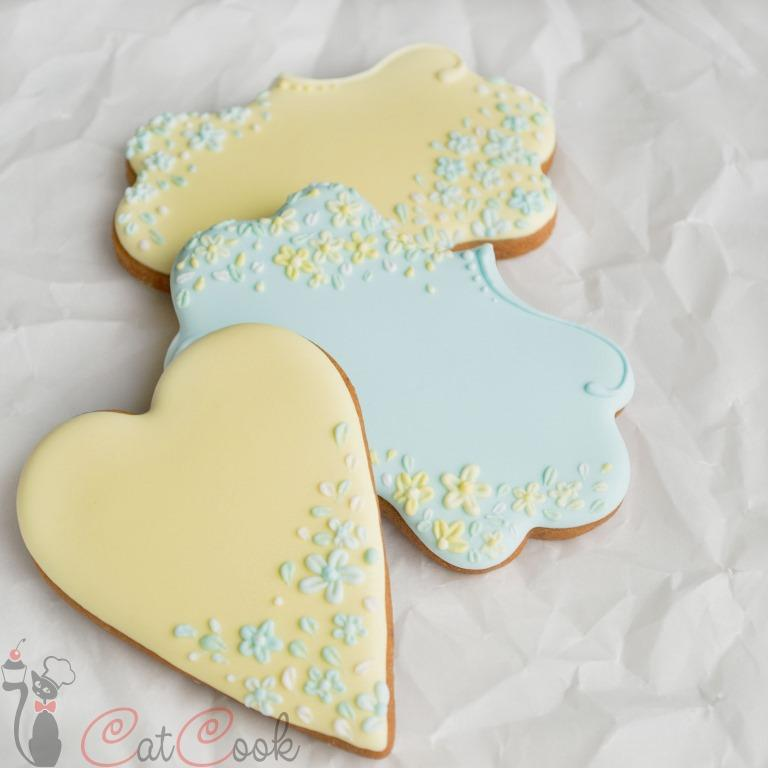 Gingerbread wedding cookies with little flowers