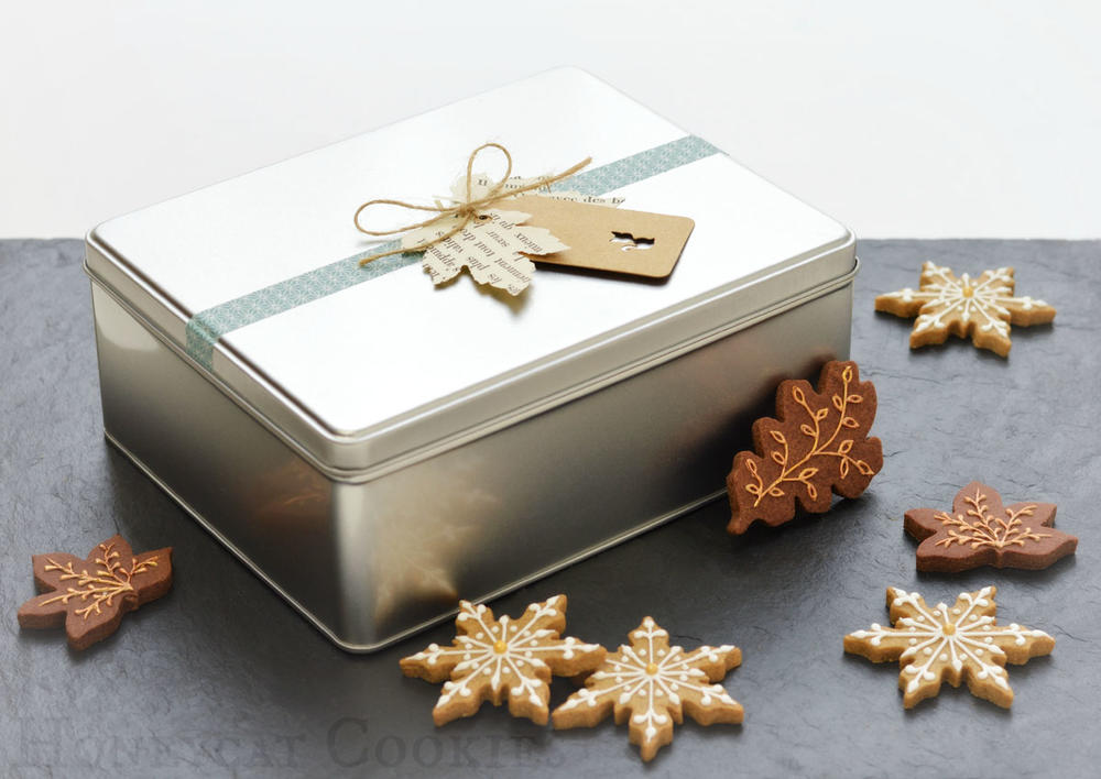 Cookie Tin with Spicy Snowflakes and Chocolate Leaves