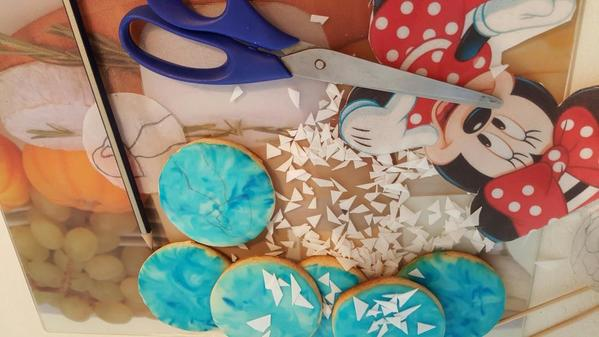 Cutting waffer paper from a minnie mouse picture
