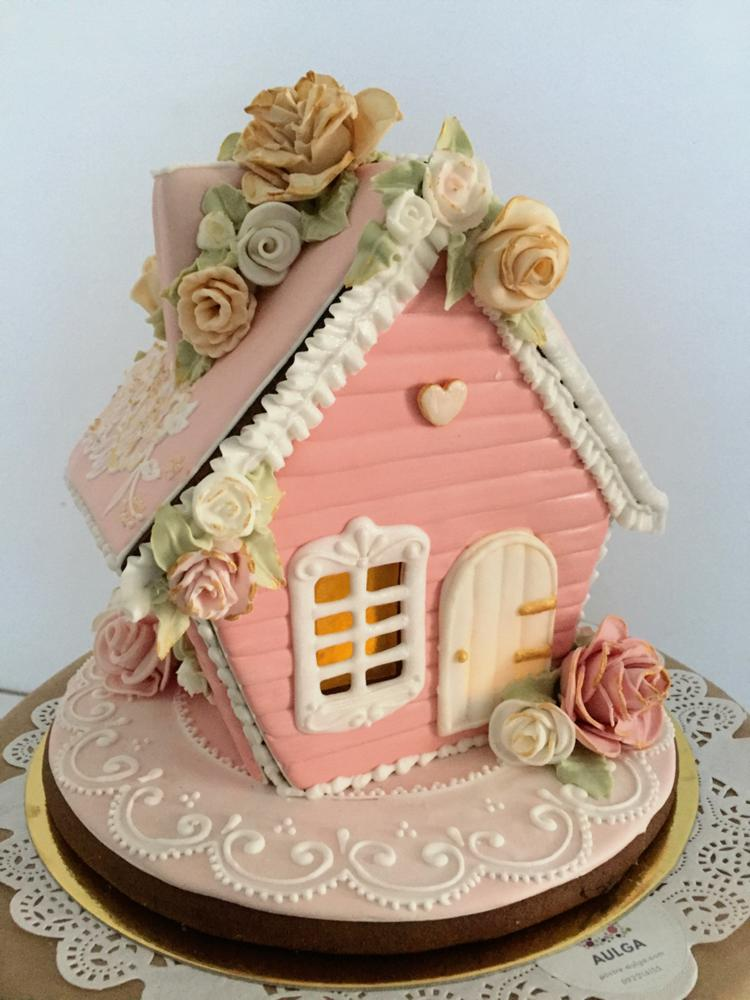 Gingerbread house with roses